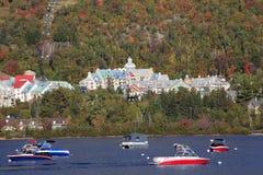 Λίμνη και θέρετρο Tremblant Mont με τις βάρκες στο πρώτο πλάνο Στοκ φωτογραφία με δικαίωμα ελεύθερης χρήσης