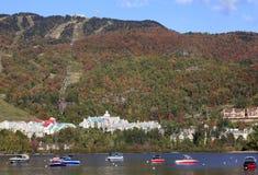 Λίμνη και θέρετρο Tremblant Mont με τις βάρκες στο πρώτο πλάνο Στοκ Φωτογραφίες