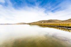 Λίμνη και ξύλινο τρίποδο στοκ εικόνες
