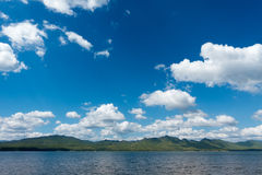 Λίμνη και ουρανός το καλοκαίρι Στοκ Εικόνα