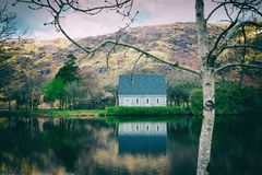 Λίμνη και ο ποταμός Lee Gouganebarra έξω από το παρεκκλησι ρητορικής Αγίου Finbarr ` s στο νομό Κορκ, Ιρλανδία στοκ εικόνες