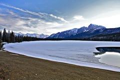 Λίμνη και πάγος βουνών στοκ εικόνες