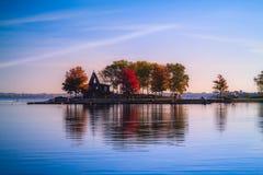Λίμνη και πάρκο κατά τη διάρκεια του φθινοπώρου Στοκ φωτογραφίες με δικαίωμα ελεύθερης χρήσης