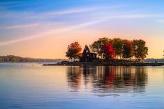 Λίμνη και πάρκο κατά τη διάρκεια του φθινοπώρου Στοκ εικόνα με δικαίωμα ελεύθερης χρήσης