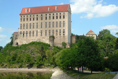 Λίμνη και το παλαιό Castle Plumlov Στοκ φωτογραφίες με δικαίωμα ελεύθερης χρήσης