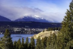 Λίμνη και Invermere Windermere στην ανατολή Kootenays κοντά στην καυτή Βρετανική Κολομβία Καναδάς άνοιξης ραδίου τον πρώιμο χειμώ στοκ φωτογραφία