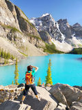 Λίμνη Καναδάς, φωτογράφος Moraine τουριστών Στοκ εικόνες με δικαίωμα ελεύθερης χρήσης
