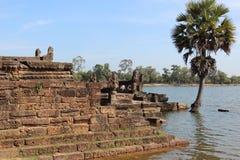 Λίμνη κοντά στο ναό στη μέση της ζούγκλας, Καμπότζη στοκ εικόνες