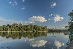 Λίμνη κοντά στο ναό Angkor Wat το καυτό ηλιόλουστο βράδυ Στοκ Εικόνες