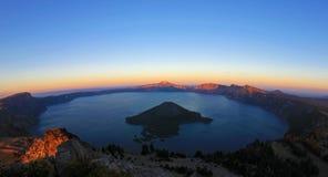 Λίμνη κρατήρων, fisheye άποψη από την αιχμή παρατηρητών ` s αμέσως πριν από το ηλιοβασίλεμα, εθνικό πάρκο λιμνών κρατήρων, ΗΠΑ Στοκ εικόνα με δικαίωμα ελεύθερης χρήσης