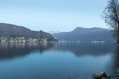 Λίμνη Λουγκάνο μεταξύ Ponte Tresa και του Πόρτο Ceresio Ιταλία Άποψη προς την Ελβετία, χωριό Morcote, Monte SAN Giorgio Στοκ Φωτογραφία