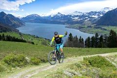 Λίμνη Λουκέρνη αναβατών ποδηλάτων βουνών Στοκ Εικόνες