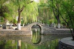 Λίμνη με μια γέφυρα στοκ εικόνα