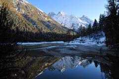 Λίμνη με τα βουνά το φθινόπωρο στοκ εικόνα
