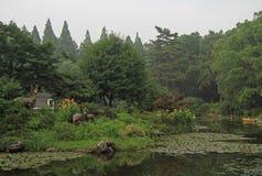 Λίμνη με τα ενδιαφέροντα γλυπτά στο πάρκο Hangzhou στοκ φωτογραφίες