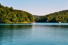 Λίμνη με τα πλέοντας σκάφη με τους τουρίστες στο πάρκο, λίμνες Plitvice, Κροατία Στοκ Φωτογραφίες