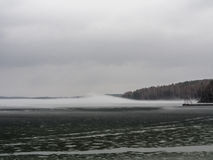 Λίμνη με την ομίχλη στην ανατολή μεταλλουργική χερσόνησος Ρωσία κόλα εργοστασίων συνεπειών δραστηριότητας στοκ εικόνες