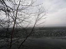 Λίμνη με την ομίχλη στην ανατολή μεταλλουργική χερσόνησος Ρωσία κόλα εργοστασίων συνεπειών δραστηριότητας στοκ εικόνα