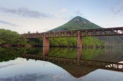Λίμνη με τη γέφυρα βουνών και σιδηροδρόμου Στοκ Φωτογραφία