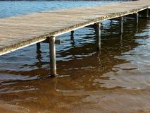 Λίμνη με τη γέφυρα για πεζούς με την αντανάκλαση στοκ εικόνες με δικαίωμα ελεύθερης χρήσης