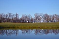 Λίμνη με τις αντανακλάσεις σε ένα γήπεδο του γκολφ Στοκ εικόνα με δικαίωμα ελεύθερης χρήσης