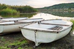 Λίμνη με τις βάρκες και τον κάλαμο Στοκ Φωτογραφίες