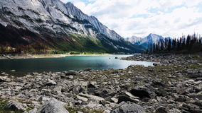Λίμνη με τον απότομο βράχο στοκ εικόνα
