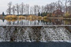 Λίμνη με τον καταρράκτη Στοκ Εικόνα