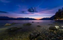 Λίμνη με τους βράχους και τον πορφυρό ουρανό Στοκ Φωτογραφία