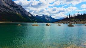 Λίμνη με τους βράχους στοκ εικόνες