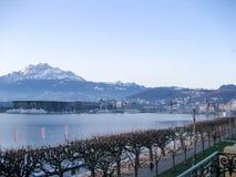 Λίμνη με το βουνό στοκ εικόνα