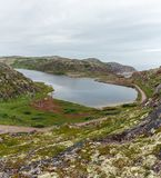 Λίμνη με το καθαρό, γλυκό νερό στην ακτή της θάλασσας Barents Στοκ Εικόνες