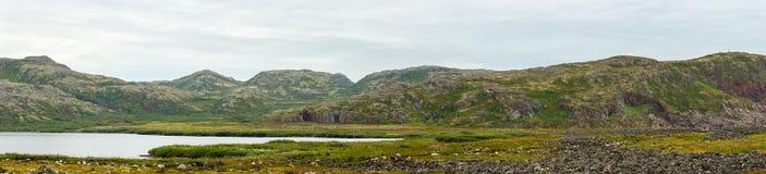 Λίμνη με το καθαρό, γλυκό νερό στην ακτή της θάλασσας Barents KO Στοκ Εικόνες