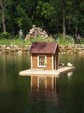 Λίμνη με το σπίτι πουλιών στο σκηνικό μιας φωτογραφικής διαφάνειας alphine στοκ εικόνες