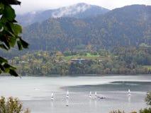 Λίμνη με sailboats και τα βουνά στο υπόβαθρο Στοκ εικόνα με δικαίωμα ελεύθερης χρήσης