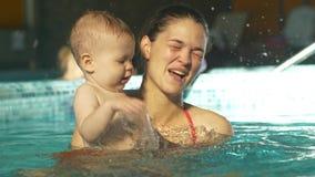λίμνη μητέρων μωρών απόθεμα βίντεο