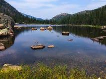 Λίμνη μύλων στο δύσκολο εθνικό πάρκο βουνών στο Κολοράντο στοκ φωτογραφία με δικαίωμα ελεύθερης χρήσης