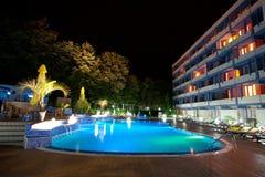 Λίμνη ξενοδοχείων τη νύχτα Στοκ φωτογραφία με δικαίωμα ελεύθερης χρήσης