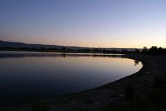 Λίμνη πάρκων ακτών τα βράδια, θέα βουνού, Καλιφόρνια, ΗΠΑ στοκ φωτογραφία με δικαίωμα ελεύθερης χρήσης