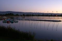 Λίμνη πάρκων ακτών τα βράδια, θέα βουνού, Καλιφόρνια, ΗΠΑ στοκ εικόνες