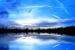 λίμνη πέρα από το ηλιοβασίλ&eps Στοκ Εικόνες