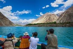 Λίμνη Πακιστάν ταξιδιού φωτογράφων attabad Στοκ φωτογραφία με δικαίωμα ελεύθερης χρήσης