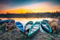 Λίμνη, ποταμός και παλαιό ξύλινο αλιευτικό σκάφος κωπηλασίας Στοκ Εικόνες