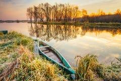 Λίμνη, ποταμός και παλαιό ξύλινο μπλε αλιευτικό σκάφος κωπηλασίας σε όμορφο Στοκ Φωτογραφίες