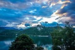Λίμνη που αιμορραγείται στους λόφους των ιουλιανών Άλπεων, Σλοβενία στοκ φωτογραφίες