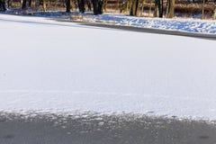 Λίμνη που καλύπτεται με το χιόνι Στοκ φωτογραφίες με δικαίωμα ελεύθερης χρήσης