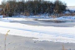 Λίμνη που καλύπτεται με το χιόνι Στοκ φωτογραφία με δικαίωμα ελεύθερης χρήσης