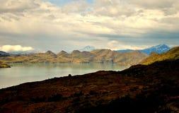 Λίμνη που φρουρείται από τα βουνά στοκ εικόνες με δικαίωμα ελεύθερης χρήσης