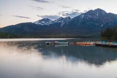 Λίμνη πυραμίδων, Καναδάς στοκ φωτογραφίες