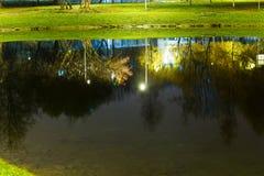 Λίμνη πόλεων με το φωτισμό περίπου την ακτίνα με την αντανάκλαση των φω'των στοκ εικόνα με δικαίωμα ελεύθερης χρήσης